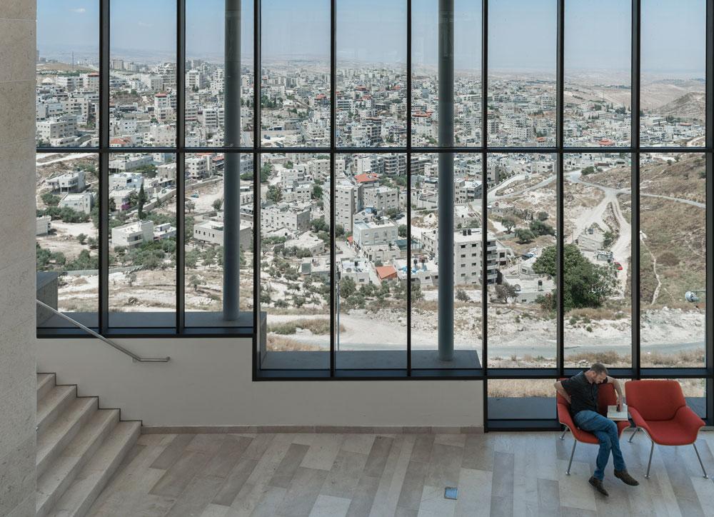 חלונות בגובה קומתיים פותחים מבט נרחב על הכפר למטה, עיסאוויה. במציאות הישראלית, אפילו החלטה עיצובית-תכנונית כזו אינה דבר של מה בכך (צילום: אלי סינגלובסקי)