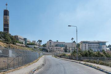 הדרך העולה אל הבניין. לפעמים יש תחושה של בסיס צבאי או כביש עוקף בשטחים (צילום: אלי סינגלובסקי)