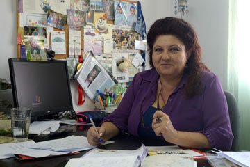 """ניקולאיצ'וק במשרדה במסל""""ן. """"הרבה פעמים אני מרגישה כמו מקבצת נדבות"""" (צילום: אבי רוקח)"""