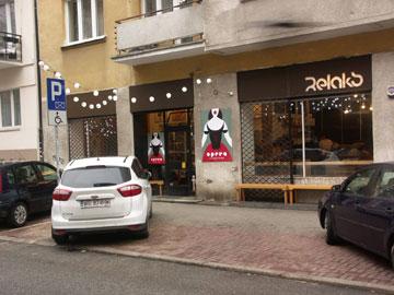 קפה Relaks הצמוד, שבו תערוכות מתחלפות של פוסטרים פולניים (courtesy of Relaks)