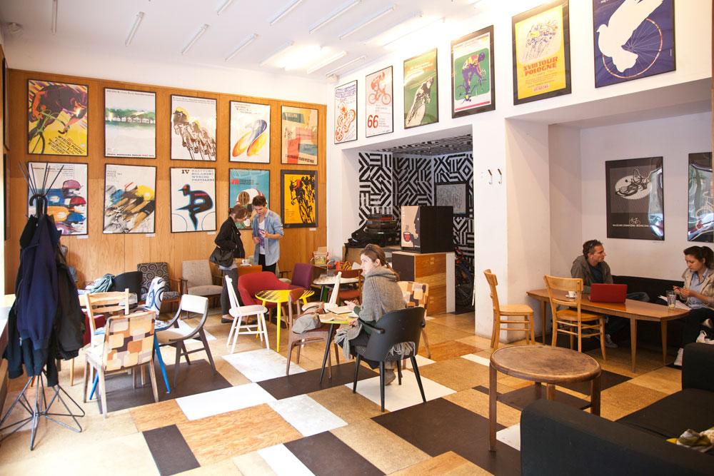 צמוד אליה נמצא קפה Relaks, שבו רהיטי וינטג' מתוצרת בית המלאכה של החנות השכנה, אך העיקר נמצא על הקירות. הם מלאים לכל גובהם בפוסטרים פולניים, תערוכות מתחלפות מהאוסף העצום של Piotr Dąbrowski. למי שאין זמן לביקור במוזיאון הפוסטרים המפורסם יכול להמירו בכוס קפה ובהייה בקירות (courtesy of Relaks)