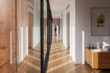 המסדרון בקומה העליונה. מימין חדר השינה (צילום: עמית גרון)