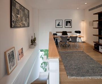 חדר העבודה פתוח לגרם המדרגות. על הקירות, בין השאר, ציור של עיניים פרי מכחולה של בעלת הבית (צילום: עמית גרון)