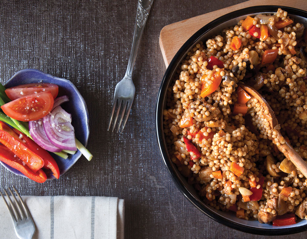 """תבשיל פתיתים,ירקות ופרגיות (צילום: דניאל לילה, מתוך הספר """"טעים ובריא"""")"""