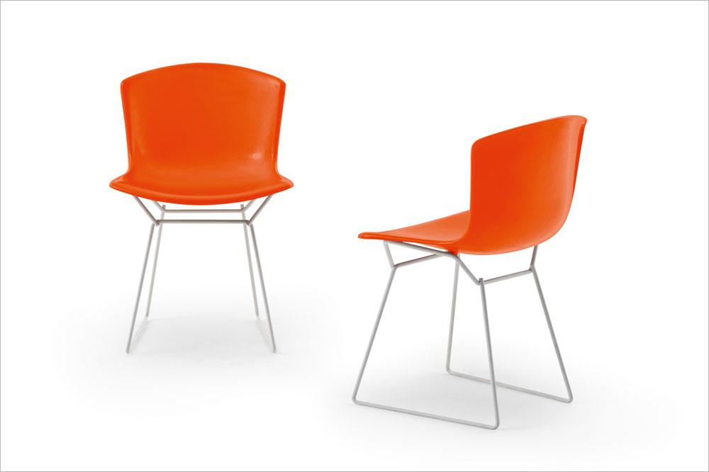 וזאת קלאסיקה של הארי ברטויה: ''כיסא הצד'' שהוא עיצב ב-1952 חוזר למכירה עם גימור של ברזל בציפוי כרום וצבעים חדשים
