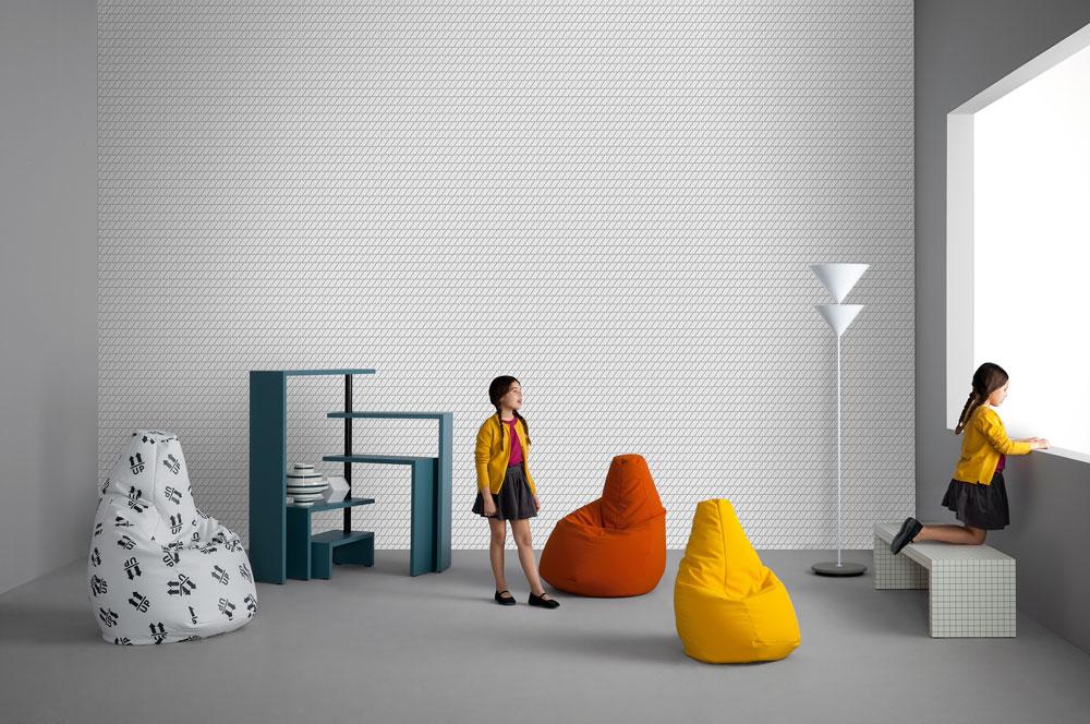 Zanotta, בית העיצוב המשפחתי מהבולטים באיטליה עד היום, מחזיר את הפוף Sacco בהדפסות דיגיטליות. גם יחידת המדפים JOY מהסבנטיז חוזרת בצבעים חדשים