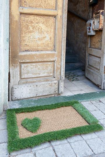 שטיחון רומנטי מרצועות דשא (צילום: עדי גלעד)