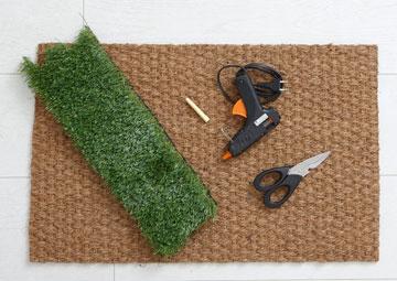 גוזרים רצועות דשא (צילום: עדי גלעד)