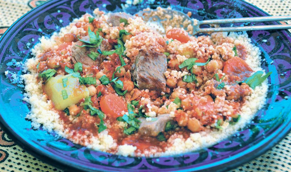 אדמדם ומתקתק. קוסקוס במרק בשר עם חומוס (צילום: אורי וחנה סרור)