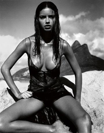 צילומים מושקעים שנראים כמו הפקות אופנה במגזינים. אדריאנה לימה בלוח השנה של פירלי לשנת 2005 (© Dal Calendario PIRELLI )