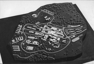 תוכנית גלעד (תוכנית האב השנייה), שגובשה ב-1965, כבר הדגישה ציפוף, עירונית וקומפקטיות בניגוד לתוכנית המקורית של קליין (ארכיון אגף בינוי ותחזוקה, באדיבות ורה צוברי)