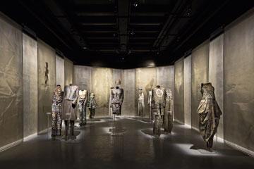 דגמים של ארמני במוזיאון. המותג חוגג 40 שנה (צילום: Davide Lovatti)