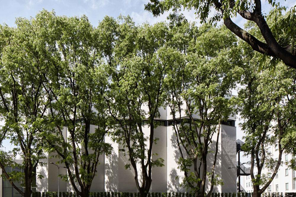 """מוזיאון ארמני. החזית הגיאומטרית לא מעידה על תוכנו הצבעוני. בפנים יש ארבע קומות ו-4,515 מ""""ר של חללי תצוגה, חלקם אינטימיים ואחרים גדולים ומתפרסים על פני קומות כפולות (צילום: Davide Lovatti)"""