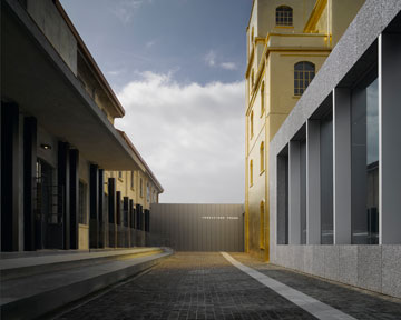 מימין: המגדל המוזהב (צילום: Bas Princen)
