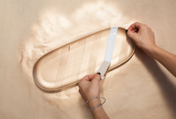 מסירים את רצועות המסקינטיים לאחר הייבוש (צילום: כפיר חרבי)