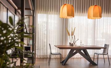 מנורות מפורניר צבוע מעל שולחן האוכל (צילום: גלעד רדט)