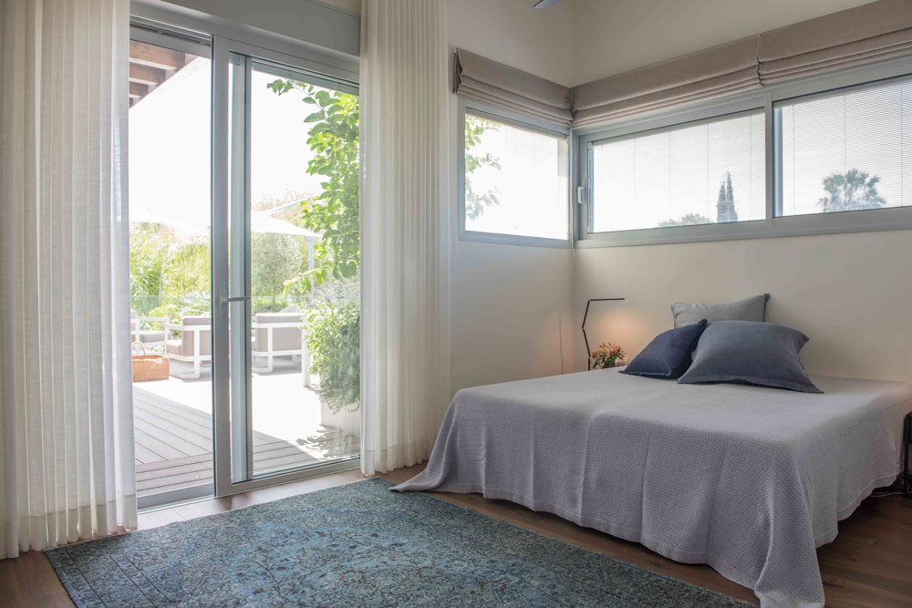 גם מחדר השינה יש יציאה ישירה אל המרפסת (צילום: גלעד רדט)