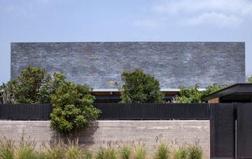 הבית נמצא בקצה המגרש ומוסתר בגדר ובצמחייה  (צילום: עמית גרון)