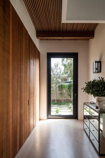 דלת הזכוכית הגבוהה (כמעט 3 מטרים) בכניסה (צילום: עמית גרון)