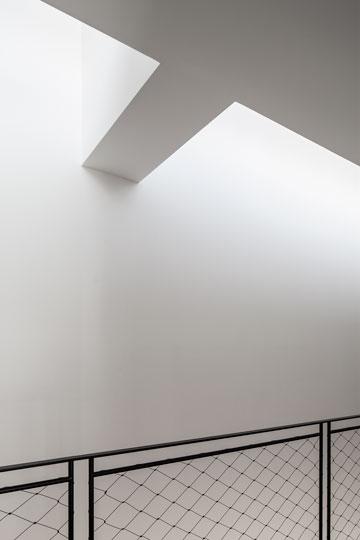 תאורה מרוככת וקורות בגג (צילום: עמית גרון)