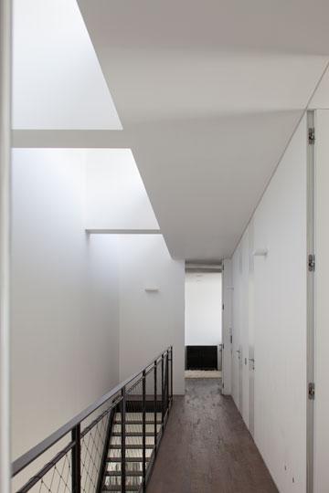 מסדרון שנדמה כגשר בקומת חדרי השינה (צילום: עמית גרון)