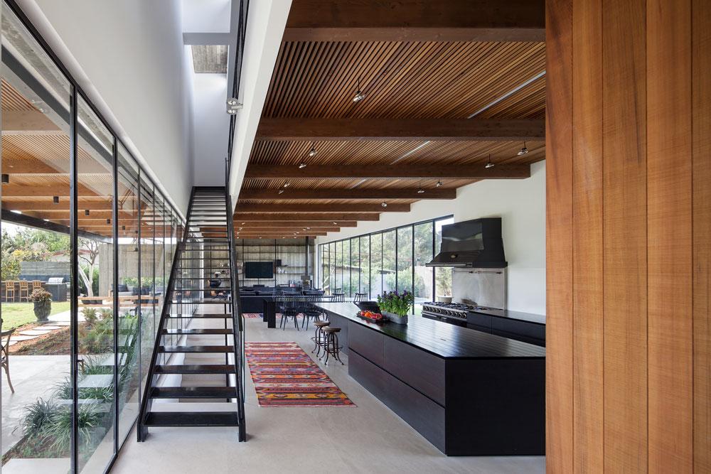 קומת הכניסה, מבט מכיוון הדלת. גרם המדרגות מוביל לקומת חדרי השינה ומואר באמצעות חלון ''סקיי-לייט'' בתקרה (צילום: עמית גרון)