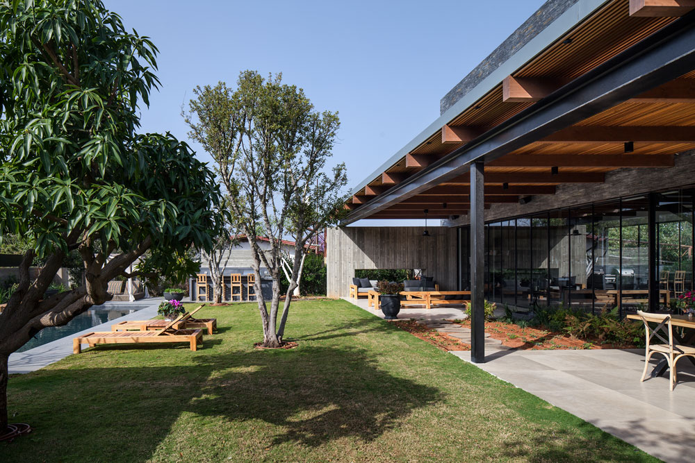 """שטח המגרש הוא 1,200 מ""""ר. הבית שונה מאוד מהבתים החד-קומתיים עם גגות הרעפים שמסביבו (צילום: עמית גרון)"""