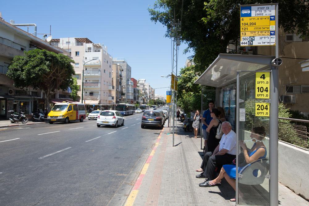 למות מחום ברחוב בן יהודה בתל אביב. גם תחנת האוטובוס הסמלית לא מאפשרת לברוח מהשמש. אנשים לא הולכים כאן אם אין להם סיבה טובה (צילום: דור נבו)