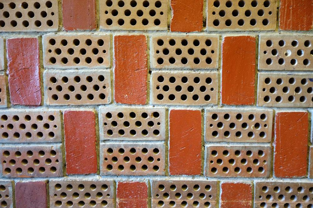 בלוקים מחוררים במחיצות הפנימיות בבית פיליפ מוריי, אילת. האדריכל אבא אלחנני יצר בניין ממוזג ללא מזגן. רוחות חודרות מהחזית הצפונידרך בלוקים מחוררים בשילוב שיחי קוצים מקומיים ועליהם מטפטפות טיפות שמצננות את האולמות הפנימיים. מכאן יוצא האוויר החם וכך נוצרת סירקולציה (צילום: מיכאל יעקובסון)