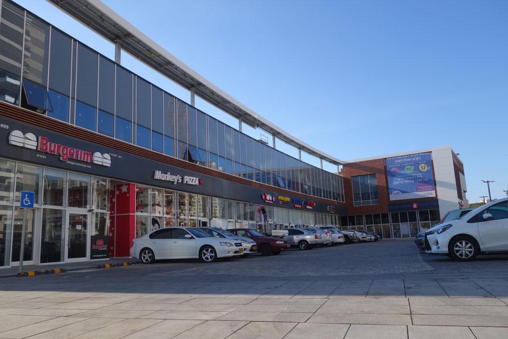 מרכז מסחרי בחיפה: מסכי זכוכית גדולים פונים לכל אורך החזית המזרחית, ללא כל מחשבה אקלימית ותוך הישענות בלעדית על מזגנים (צילום: מיכאל יעקובסון)