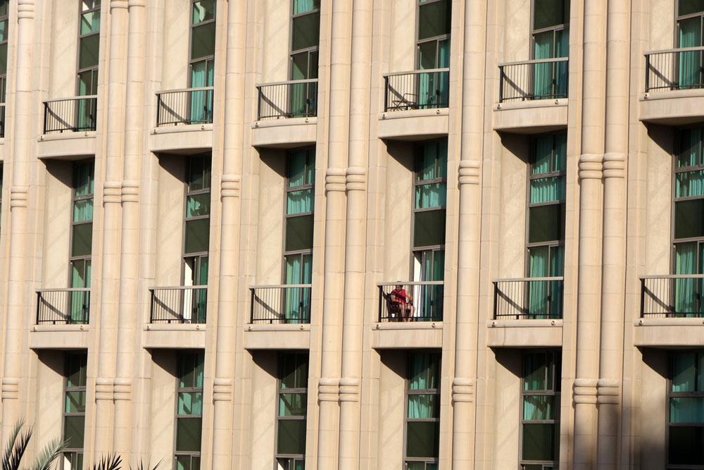 מלון הילטון מלכת שבא, אילת (אדריכל שלמה גרטנר): חדרי המלון פונים לחזית הראשית, הפונה דרומה. אין הצללה ולכן נעשה שימוש בזכוכית ירקרקה המסננת במידה מוגבלת ויקרה את הקרינה החזקה (צילום: מיכאל יעקובסון)