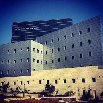 בית הספר לחינוך, אוניברסיטת בר אילן, רמת גן (אדריכל צדוק שרמן): האדריכל השתדל להימנע מכל פתרון אקלימי נראה לעין (צילום: מיכאל יעקובסון)