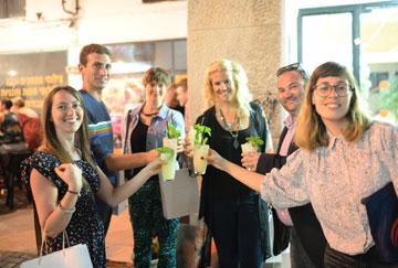 ויסמן (מימין) במסעדת פורט סעיד בתל אביב, עם משתתפי הסיור שעסק בתיירות בוטיק (צילום: אור קפלן)