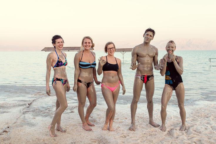 """הבלוגרים שכותבים על אורח חיים בריא מבלים בים המלח. """"הם היו בעננים"""" (צילום: אור קפלן)"""