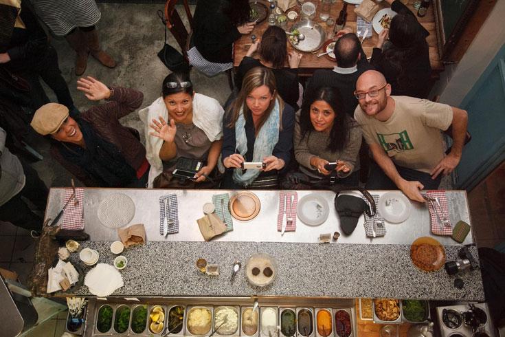 """הבלוגרים שכותבים על אוכל במסעדת מחניודה בירושלים. """"אף פעם לא כתבו דבר רע"""" (צילום: חיים יוסף)"""