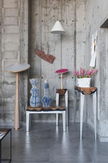 רהיטים של הילה שמיע, מנורת בטון של איתי בר און ומנורת עץ של כרם קמינסקי. ''סאגה'' (צילום: איתי בנית)