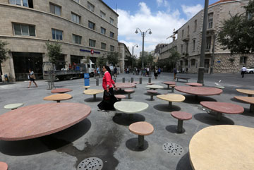 כישלון פרויקט הצל בכיכר ג'נרלי בירושלים, השבוע. ריק וחשוף לשמש (צילום: גיל יוחנן)