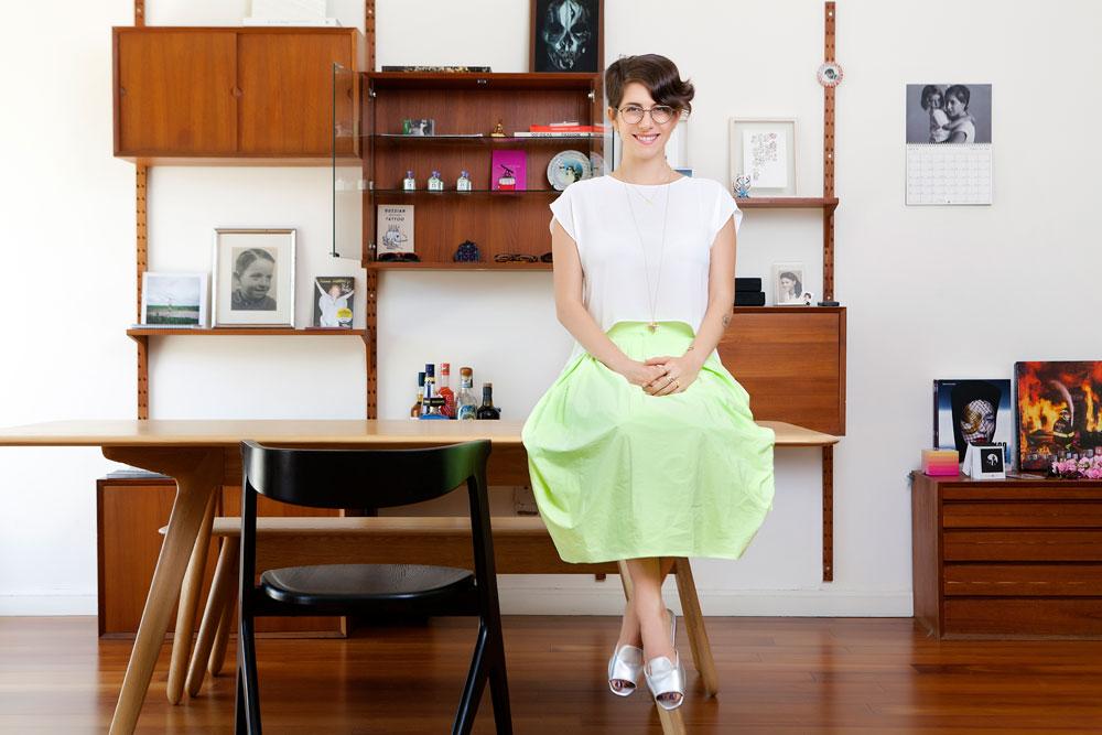 """דפנה לוסטיג בדירתה המרווחת בשדרות רוטשילד. """"סגנון הלבוש שלי משתנה כל כמה שנים, אם בעקבות טעם חדש שנכנס או שינויים בגוף"""" (צילום: ענבל מרמרי)"""