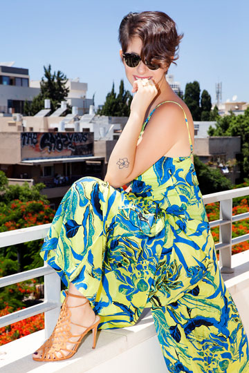 """""""אני מרגישה שתקשורת האופנה מצפה ממני להתלבש באופן מעניין"""" (צילום: ענבל מרמרי)"""