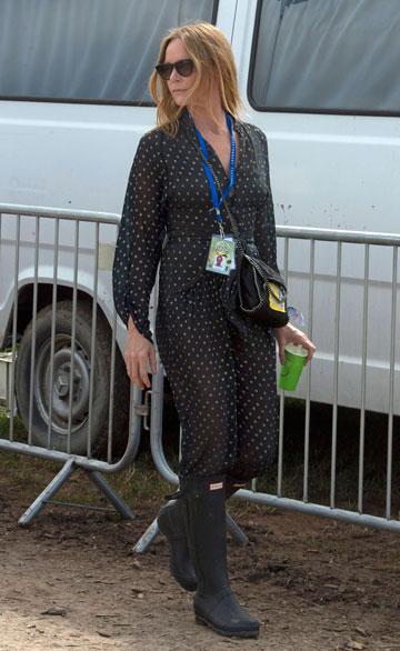 סטלה מקרטני. שמלת שיפון ומגפי האנטר (צילום: EPA)