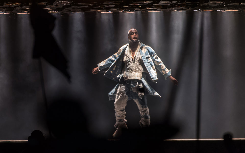 הבגדים עושים את האדם? קניה ווסט על הבמה בפסטיבל גלסטונברי (צילום: gettyimages)
