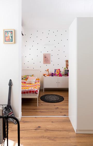 ומבט ממנו אל חדרה של הבת (צילום: שי אפשטיין)