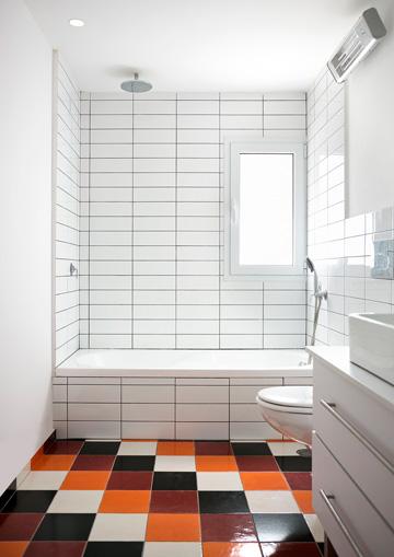 ואחרי: קירות לבנים, רצפה צבעונית (צילום: שי אפשטיין)