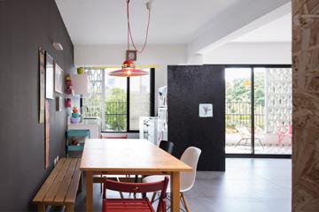 אחרי: הסלון קטן יותר, המטבח ופינת האוכל צמודים אליו. מבט מדלת הכניסה (צילום: שי אפשטיין)
