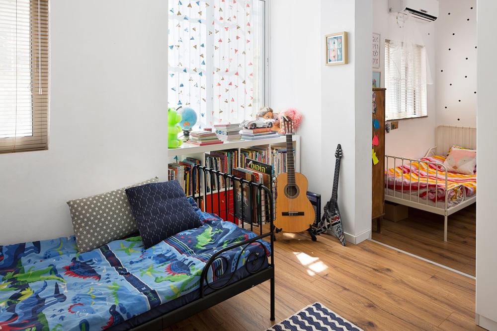 חדר הילדים, בן תשע ובת שבע, מחולק לשני אזורים במפלסים שונים, וקיימת אפשרות לפצלו לשני חדרים נפרדים (צילום: שי אפשטיין)