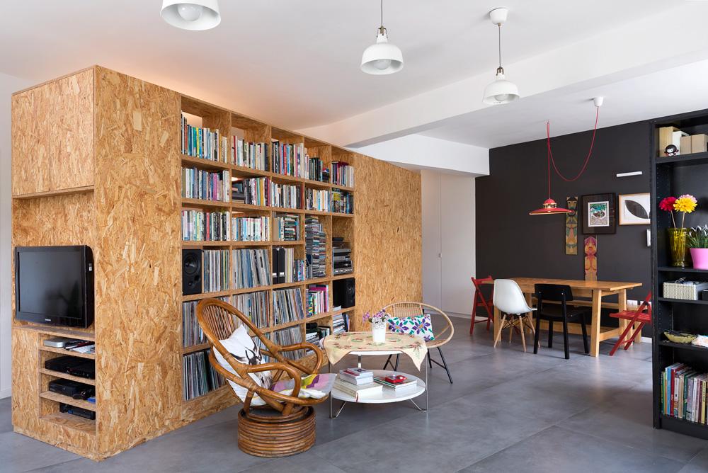 """הדירה נמצאת בצפון הישן של תל אביב, ושטחה הוא 102 מ""""ר. בני הזוג שירה זהר-יצחקי ואופיר ליברמן אהבו את המבנה האלכסוני, את המשרביות במרפסת הישנה ואת הנוף (צילום: שי אפשטיין)"""