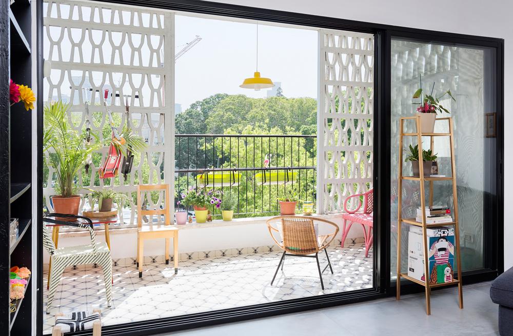 המרפסת. נוף פתוח ורצפת אריחים מאוירים. כל אזור בדירה רוצף אחרת: אריחי בטון זולים יחסית בסלון ובמטבח, פרקט בחדרי השינה ואריחים צבעוניים בחדר הרחצה (צילום: שי אפשטיין)