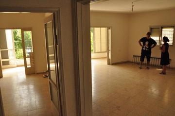 לפני: סלון גדול וחדר שינה, שמשניהם יש יציאה למרפסת (באדיבות ספארו אדריכלים)