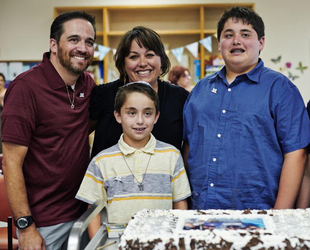"""""""אין כמו לעשות מעשה טוב"""". ג'וליאן (מימין) ומשפחתו בישראל (צילום: George Kolotov)"""
