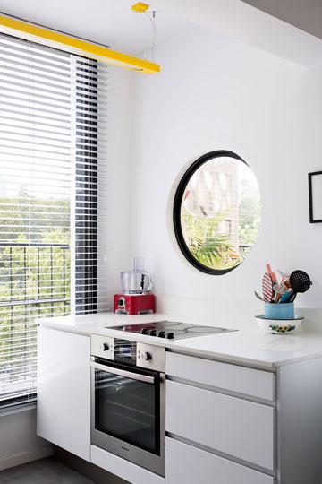 חלון עגול מעל עמדת הבישול במטבח (צילום: שי אפשטיין)